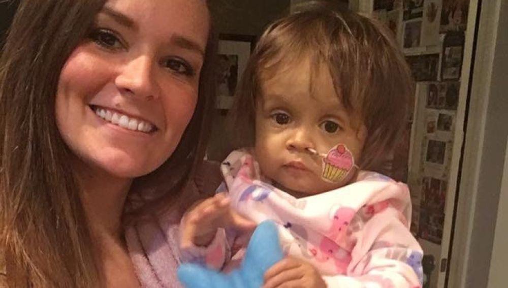 """Una niñera dona parte de su hígado a la pequeña que cuida: """"Espero que la concienciación sobre la donación de órganos se extienda"""""""