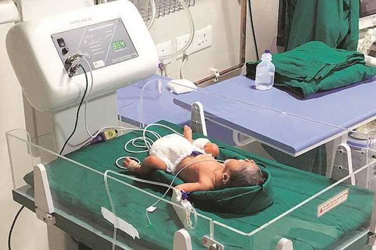 Nace primer bebé de trasplante uterino en India