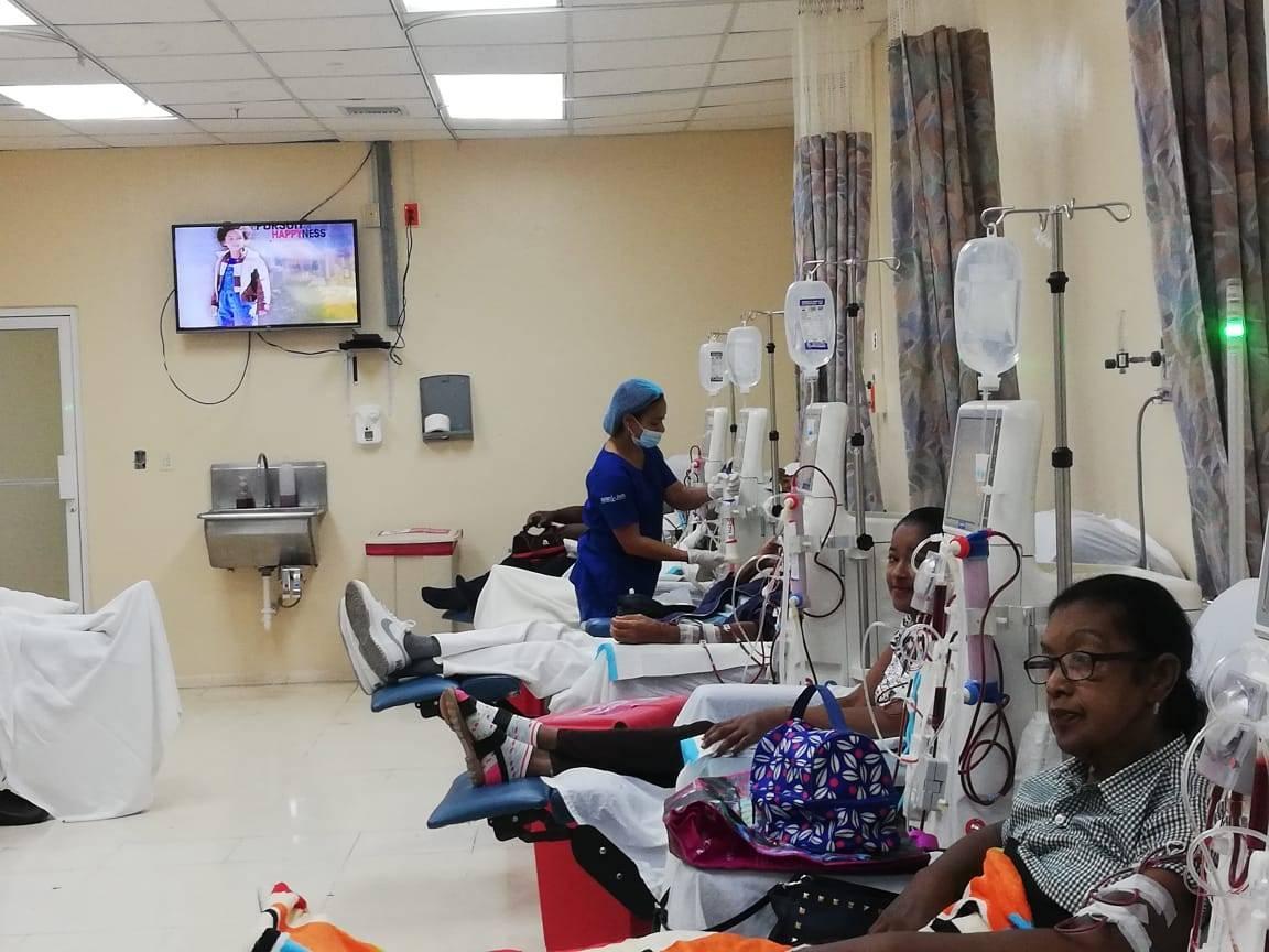 Enfermeros de la unidad de diálisis del Hospital Traumatológico Dr. Ney Arias Lora, animan a los pacientes durante su procedimiento