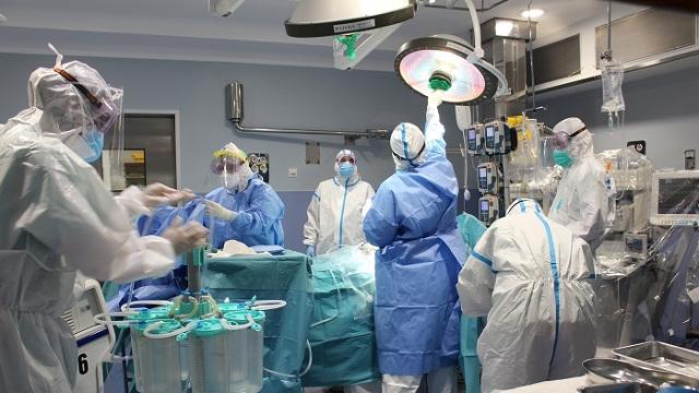Trasplantan los dos pulmones a italiano de 18 años que contrajo la COVID-19