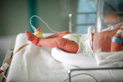 Bebé milagro: sobrevive al coronavirus y a trasplante de riñón