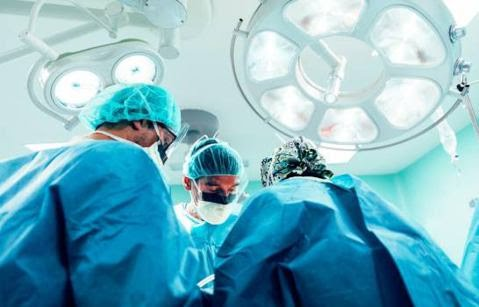Un hombre amputado recibe trasplante de brazos y hombros en ciudad francesa