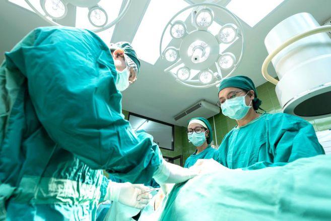Trasplantan dos corazones de donantes COVID-19 con éxito y sin contagio